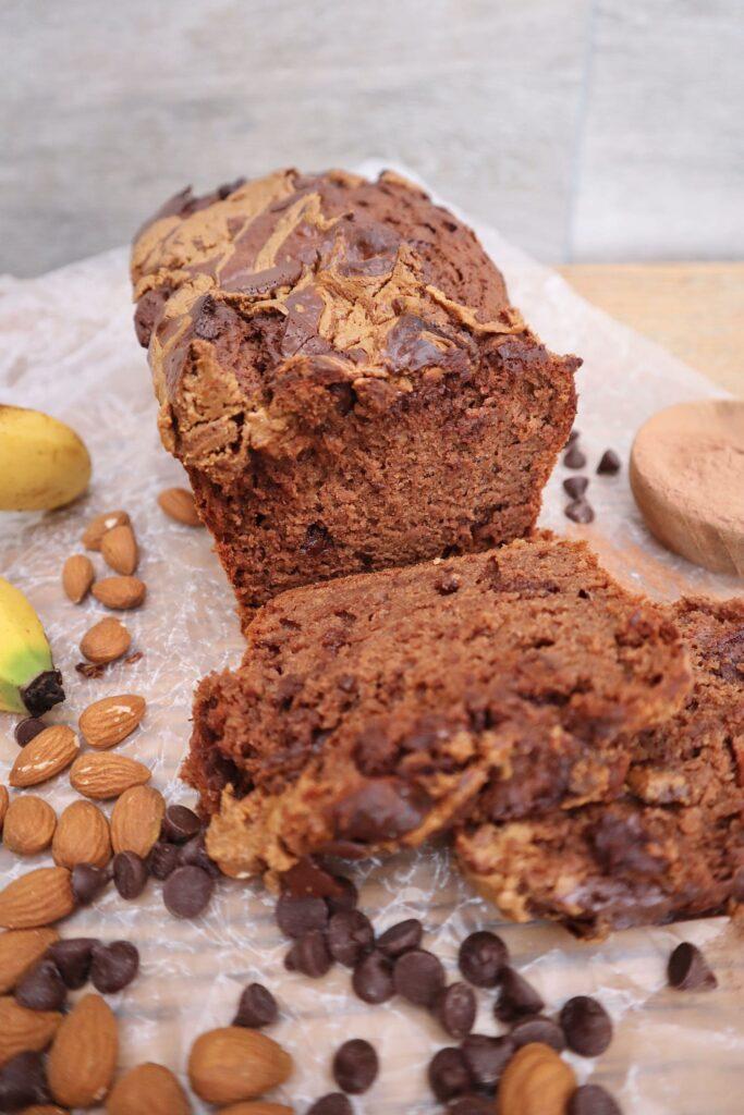 pan de banana casero con chocolate y mantequilla de almendra